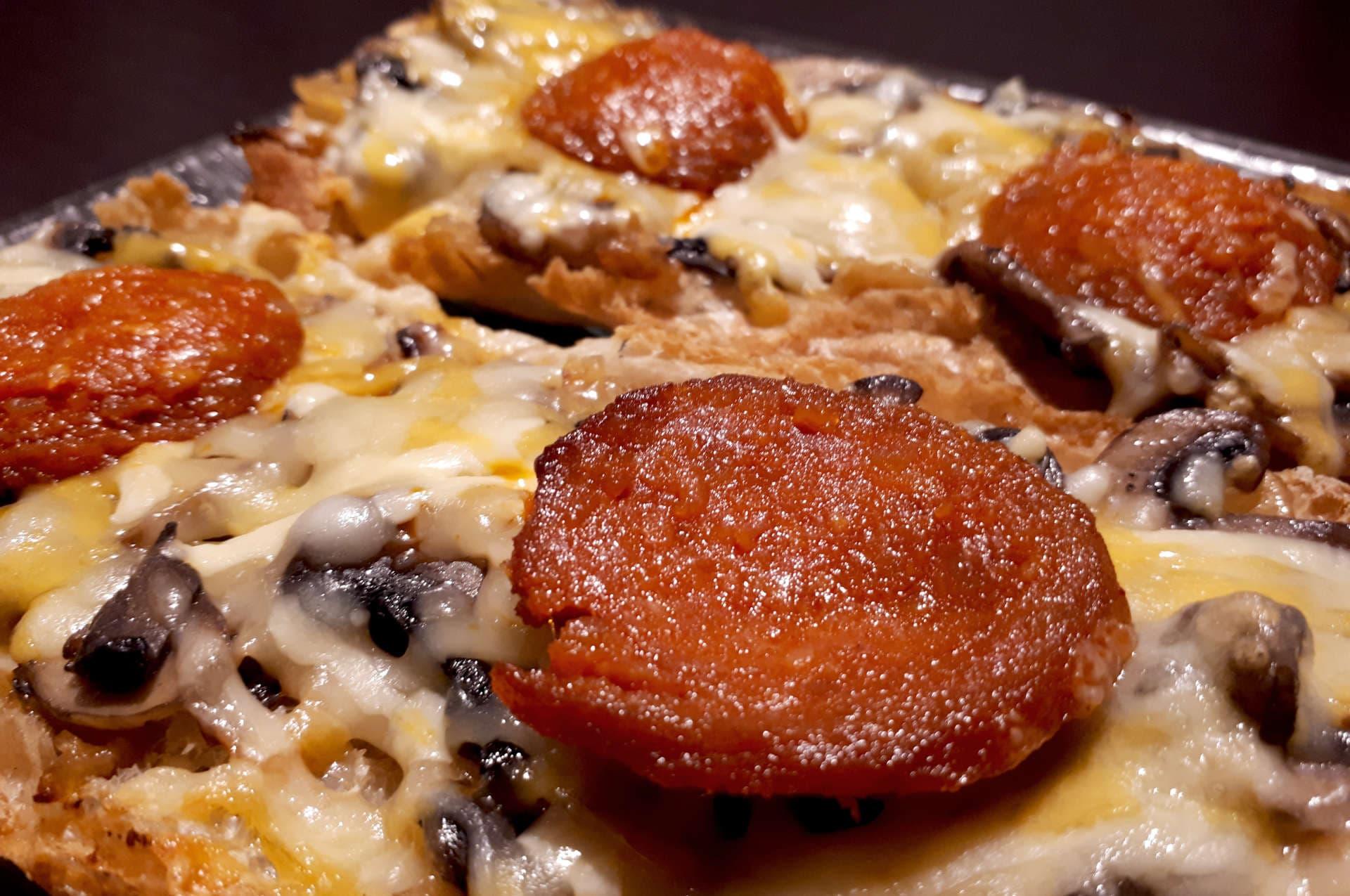 Torrada de pa de vidre amb ceba caramel·litzada, xampinyons, formatge i sobrassada