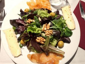 Amanida amb salmó i formatge