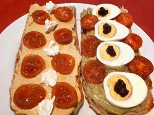 Torrades de pa de vidre amb hummus i amb mousse d'albergínia
